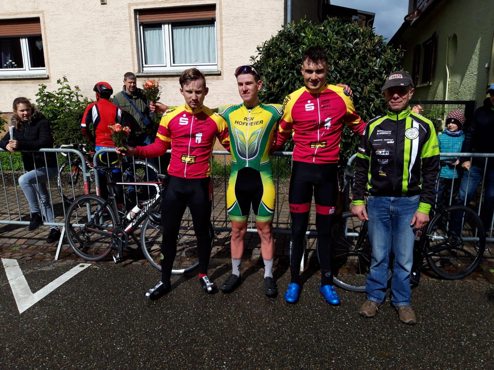 Naldi (2.) und Kübler (3.) auf dem Podest neben dem Sieger aus Hofweier Felix Bauer